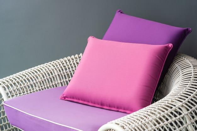 Travesseiro confortável na cadeira do sofá Foto gratuita