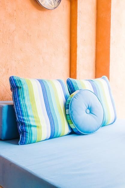 Travesseiro de luxo lindo no sofá Foto gratuita