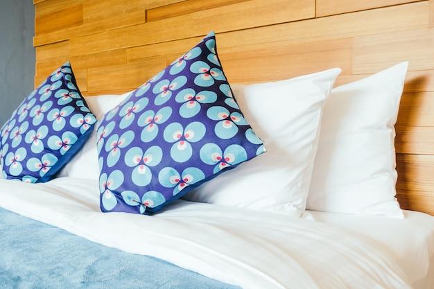 Travesseiro no quarto Foto gratuita
