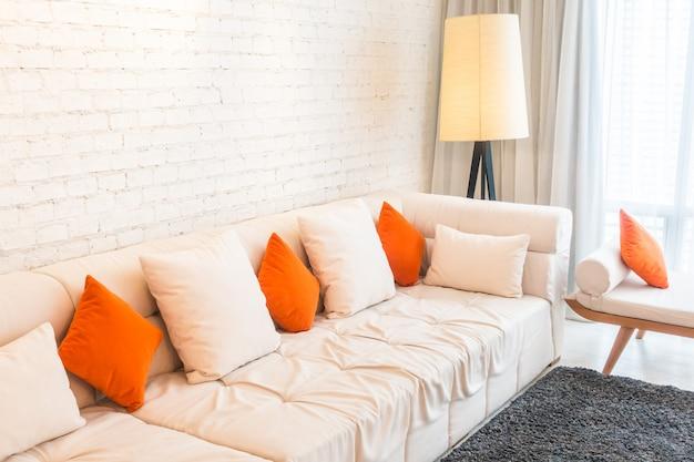 Travesseiro no sofá Foto gratuita