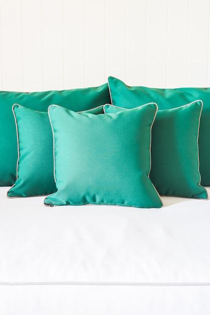 Travesseiro sofá verde Foto gratuita
