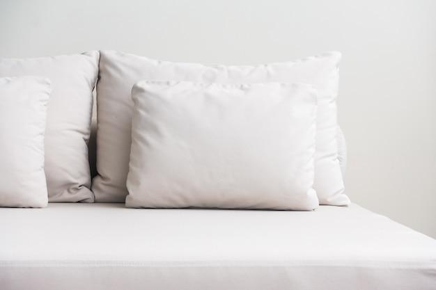Travesseiros brancos empilhados Foto gratuita