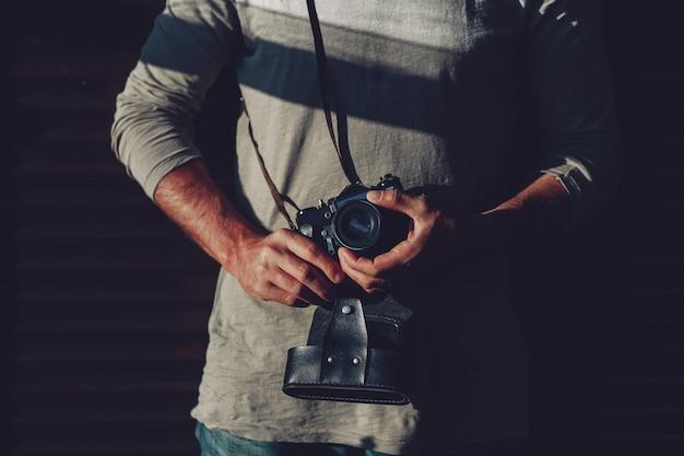 Tredny jovem com câmera em suas mãos Foto Premium