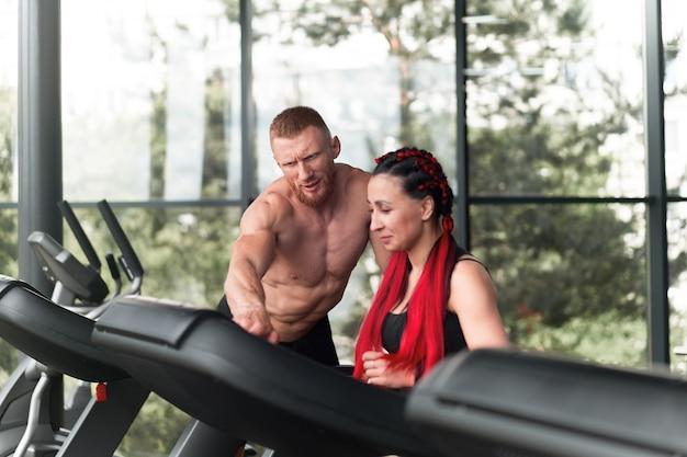 Treinador de corrida em esteira para ginástica Foto Premium