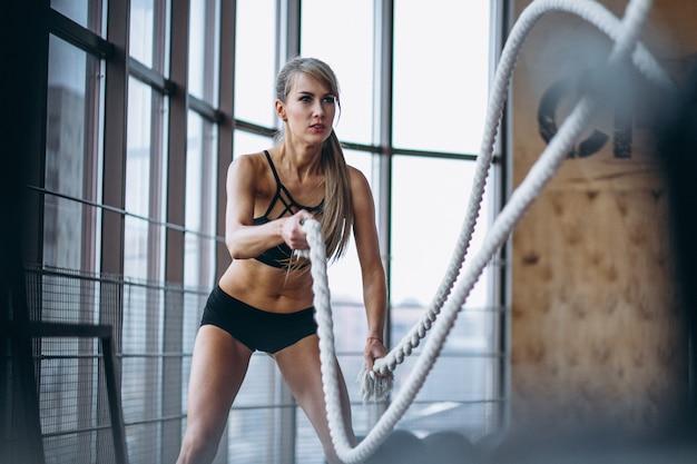 Treinador de fitness feminino no ginásio Foto gratuita