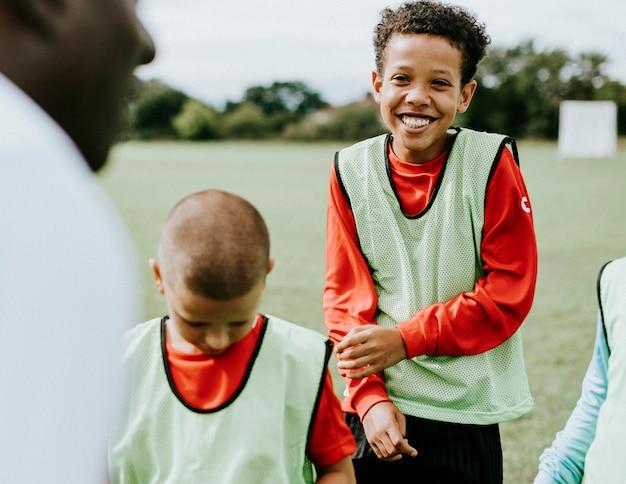 Treinador de futebol treinando seus alunos Foto Premium