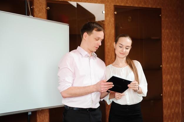 Treinador de negócios segurando o treinamento para o pessoal no escritório. Foto Premium