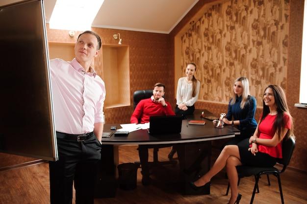 Treinador de negócios segurando treinamento para funcionários Foto Premium
