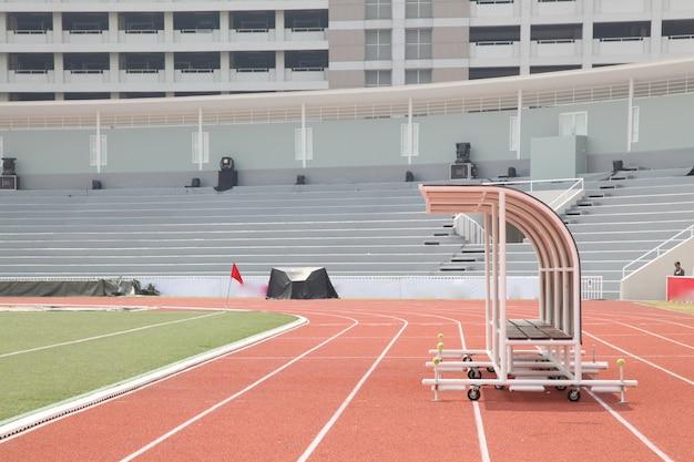 Treinador e bancos de reserva na vista lateral do estádio de futebol Foto Premium