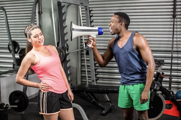 Treinador, gritando, mulher, através, megafone, em, ginásio Foto Premium