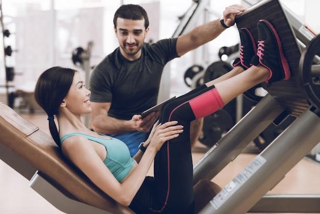 Treinador mostra a garota como balançar as pernas Foto Premium