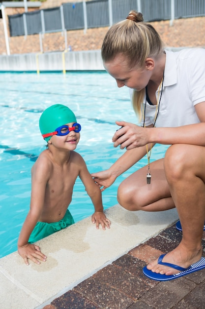 Treinadora mostrando cronômetro para menino Foto Premium