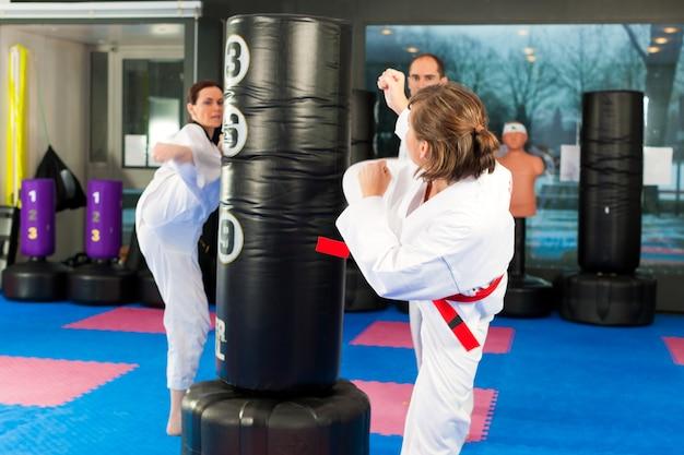 Treinamento de esporte de artes marciais no ginásio Foto Premium