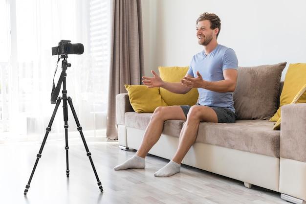 Treinamento de fitness gravação adulto masculino Foto gratuita