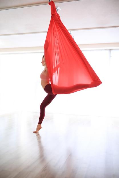 Treinamento de ioga ginástica mulher com linho vermelho Foto gratuita