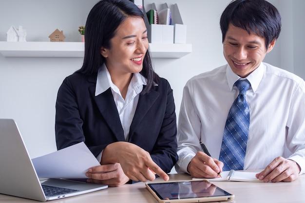 Treinamento de novos mentores, treinamento, trabalho e orientação com estágios, aprendendo a trabalhar no escritório do estágio, conceitos de treinamento Foto Premium