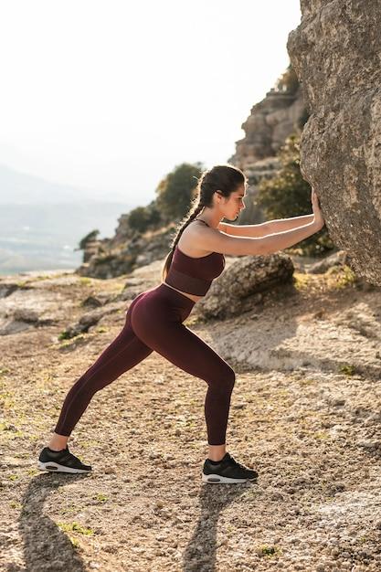 Treinamento de yoga de alto ângulo para empurrar Foto gratuita