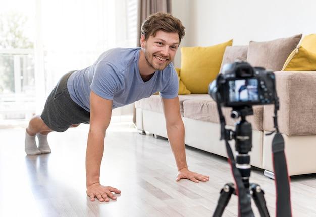 Treinamento masculino considerável da gravação em casa Foto Premium