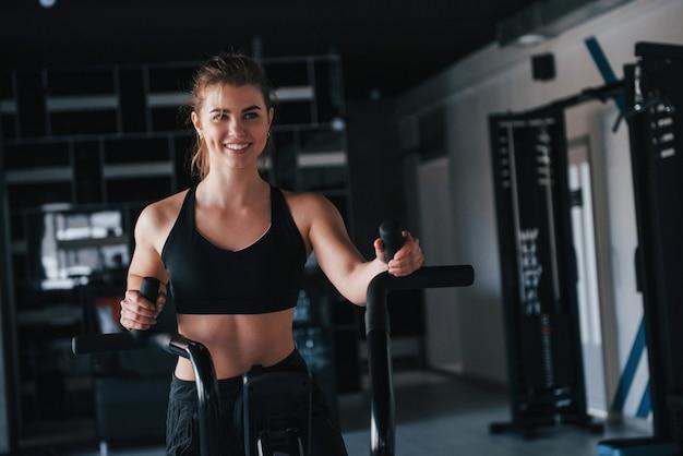 Treinando sozinho. linda mulher loira na academia no fim de semana Foto gratuita