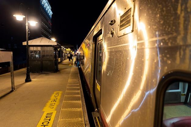 Treinar na estação à noite Foto gratuita