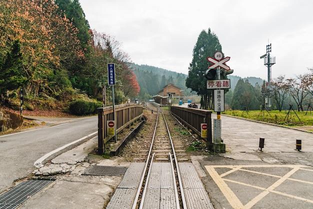 Treine o trilho com sinais railway em alishan forest railway em alishan, taiwan. Foto Premium