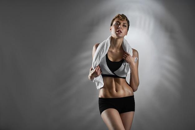 Treino feito. retrato de estúdio de uma mulher jovem fitness posando Foto gratuita