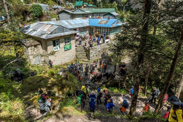 Trekker andar no caminho para o acampamento base de mt.everest na área de khumbu, nepalnamche bazar, namche Foto Premium