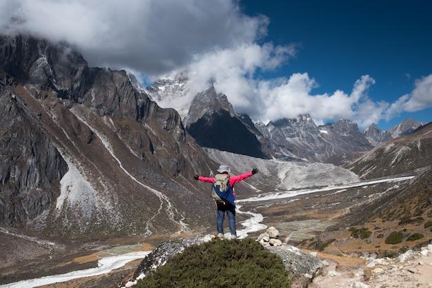 Trekker trek no acampamento base do everest 3 passar em lobuche para gokyo, nepal no inverno Foto Premium