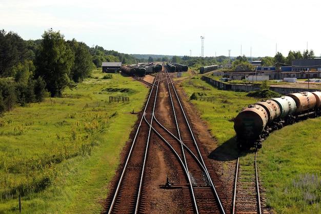 Trem de carga industrial na estrada de ferro Foto Premium