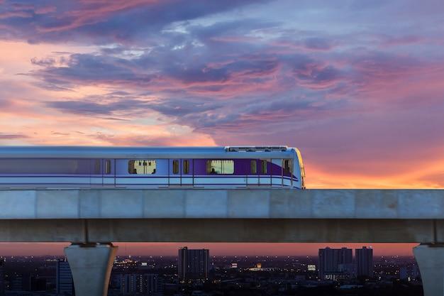 Trem do céu na cidade, bangkok, tailândia Foto Premium
