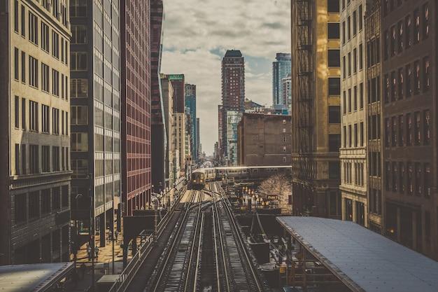 Trem elevado faixas estão correndo acima da linha férrea entre o edifício na linha loop em chicago Foto Premium