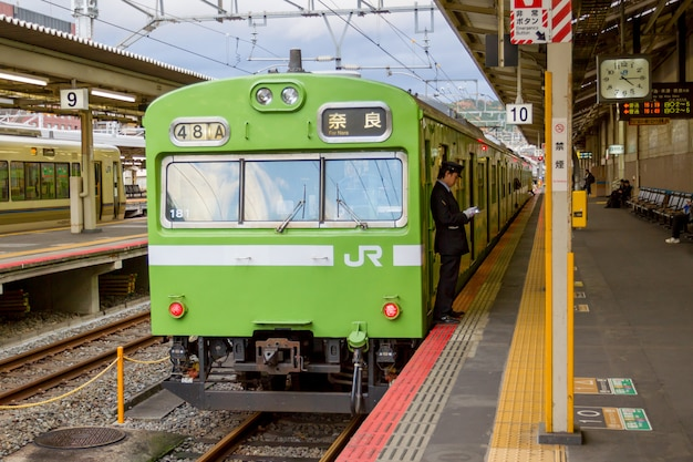 Trem esperando por passageiros na estação de kyoto Foto Premium