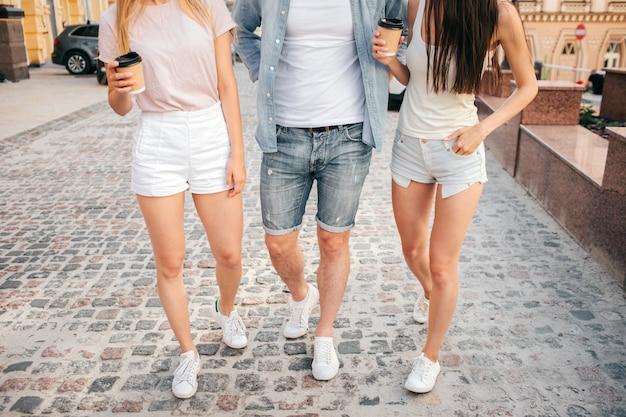 Três amigos andando na rua Foto Premium