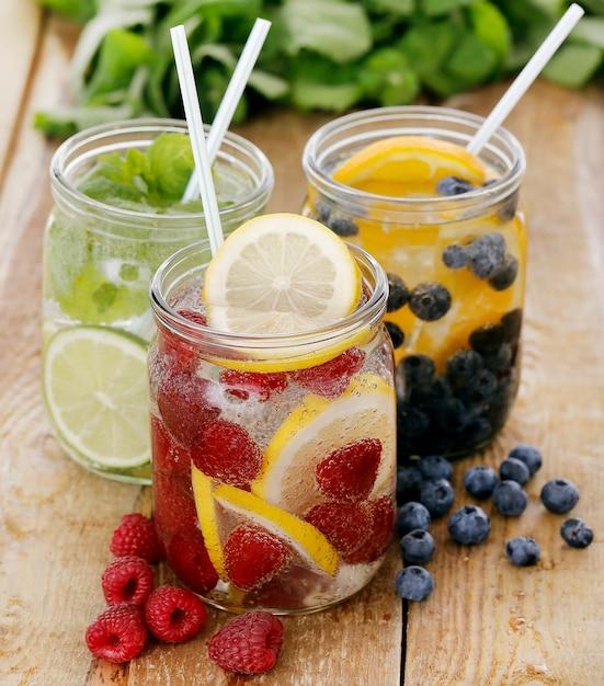 Três bebidas diferentes em uma mesa Foto gratuita