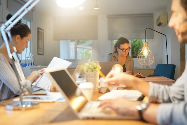 Três, colegas, co, trabalhando, espaço Foto Premium
