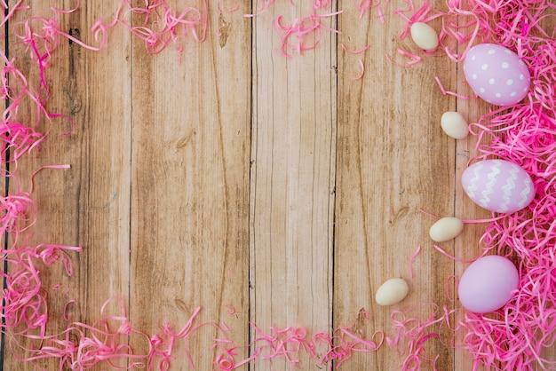 Três, coloridos, ovos páscoa, ligado, tabela madeira Foto gratuita