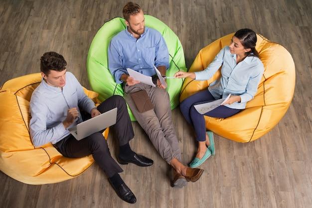 Três conteúdo executivos que discutem o projeto Foto gratuita