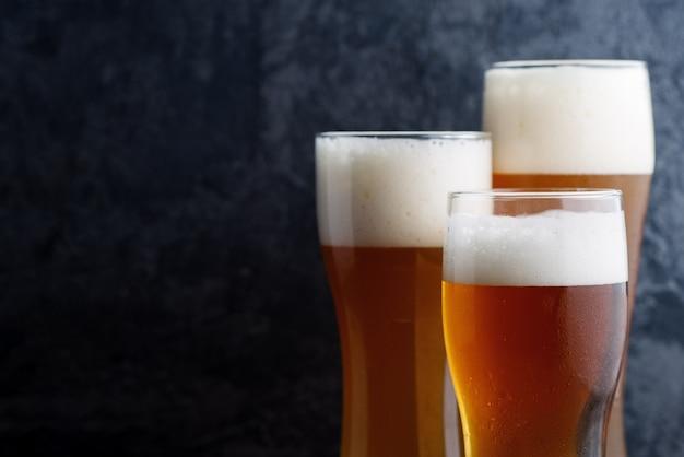 Três copos de cerveja diferentes Foto Premium