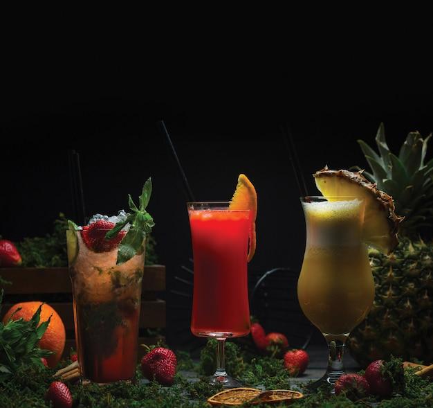 Três copos de coquetéis de frutas tropicais Foto gratuita
