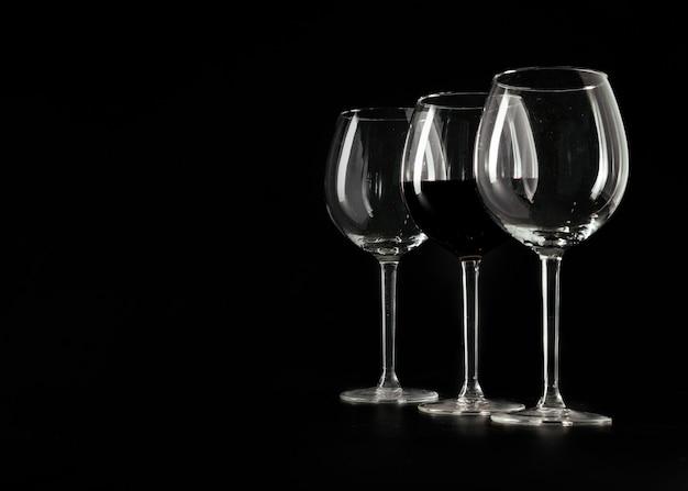 Três copos de vinho em preto Foto gratuita