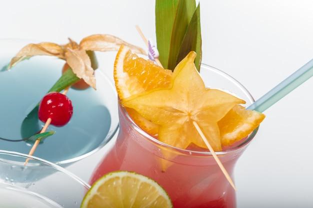 Três coquetéis alcoólicos diferentes Foto Premium