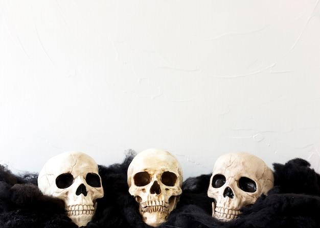 Três crânios falsos em material macio Foto gratuita