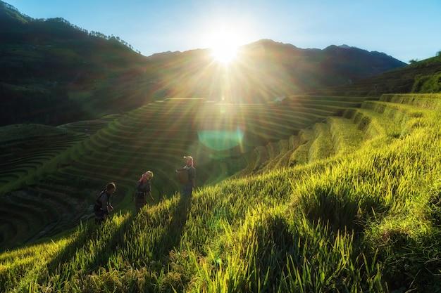 Três crianças hmong vietnamitas indefinidas estão andando Foto Premium