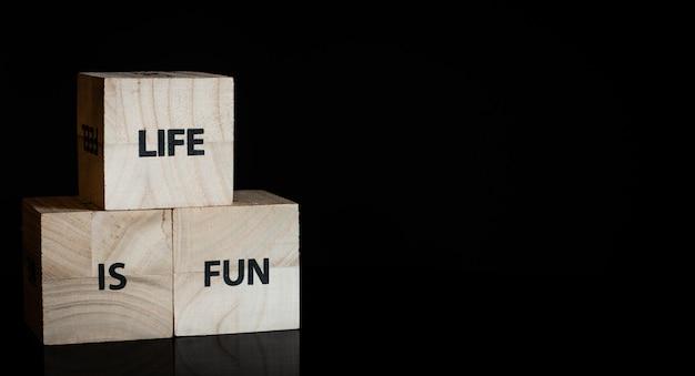Três cubos de madeira - a vida é divertida Foto Premium