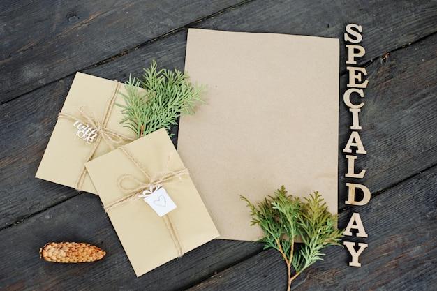 Três envelopes artesanais e um pedaço de papel artesanal. lugar para o seu texto e mensagem. embrulho de presente artesanal. a rotulação é a inscrição