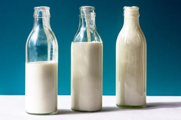 Três frascos de vidro com produtos lácteos Foto Premium