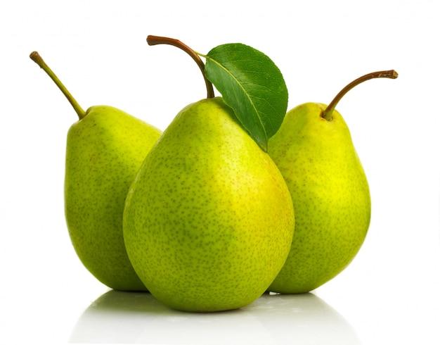 Três frutos de pêra verde com folhas isoladas Foto Premium