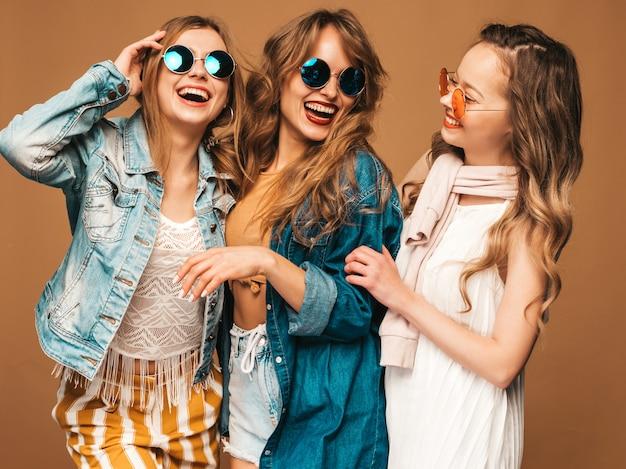 Três jovens lindas meninas sorridentes em roupas casuais na moda verão. mulheres sexy despreocupadas posando. modelos positivos Foto gratuita