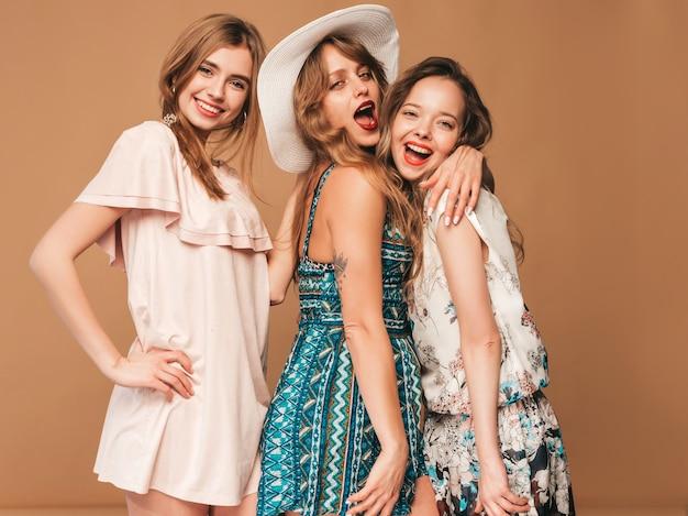 Três jovens lindas meninas sorridentes em roupas casuais na moda verão. mulheres sexy despreocupadas posando. Foto gratuita