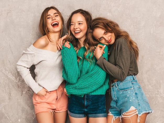 Três jovens lindas sorrindo lindas garotas em roupas da moda no verão. mulheres sexy despreocupadas posando. modelos positivos se divertindo Foto gratuita